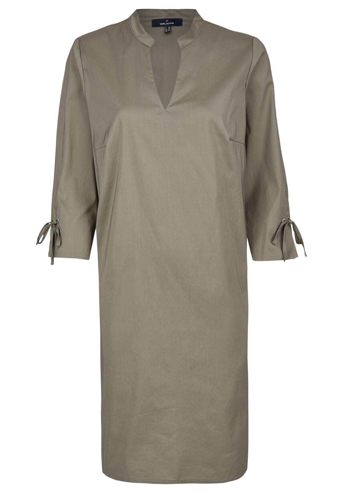Kleid mit Stehkragen und Schleifendetails / Dress
